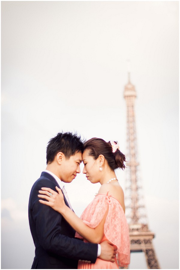 chinese couple eiffel tower
