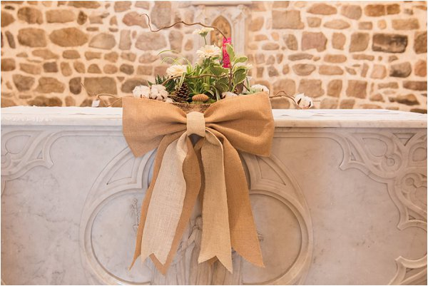 Neutral hessian bows on the wedding alter