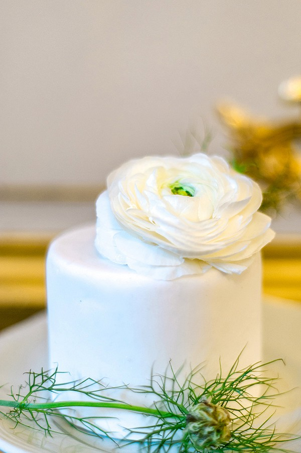 Simple fresh flower wedding cake