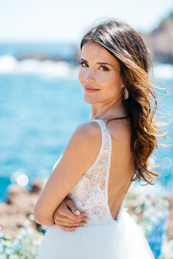 Elengant bridal portrait by the sea