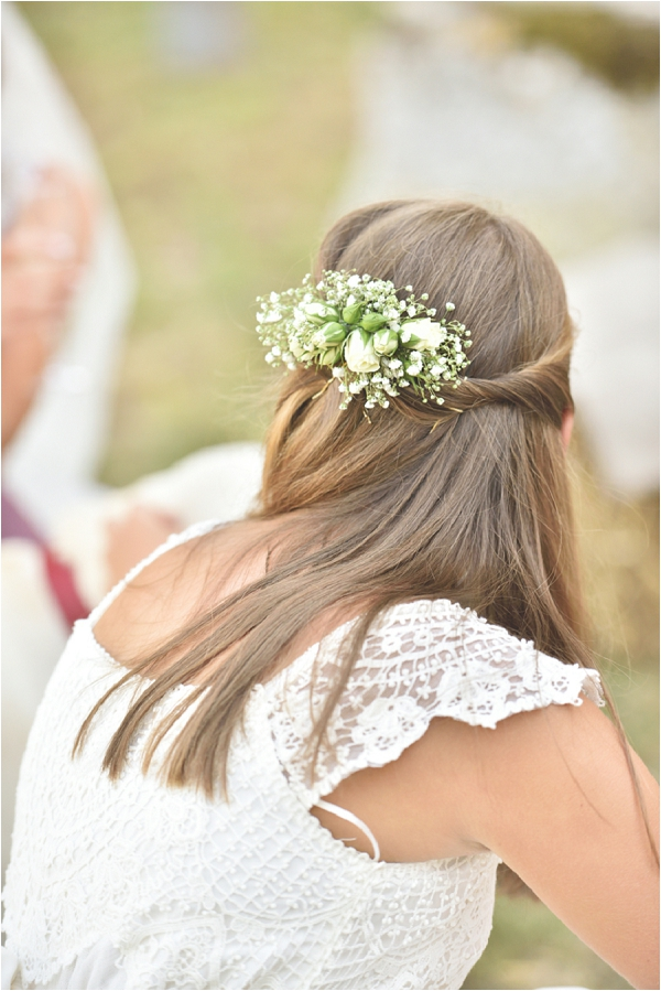 real flower bridesmaid hair ideas | Image by Awardweddings