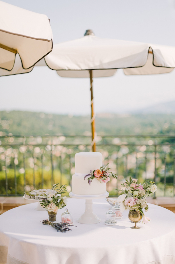 5 Hot Summer Wedding BohemeMoonPhotography Provence wedding cake