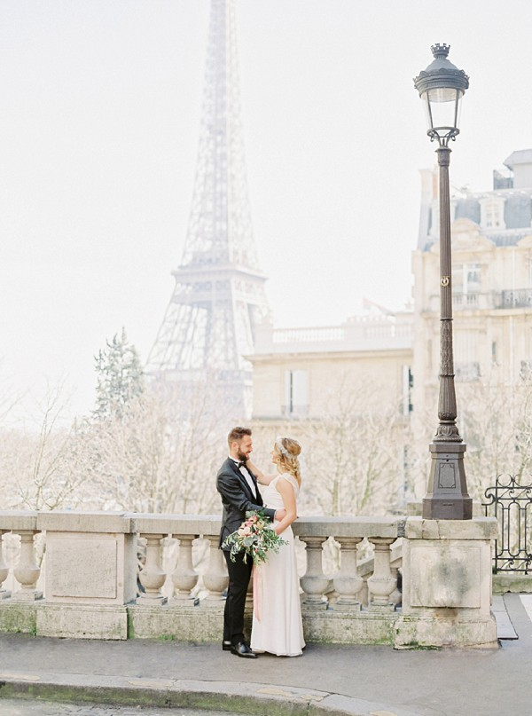 romantic eiffel tower wedding photo
