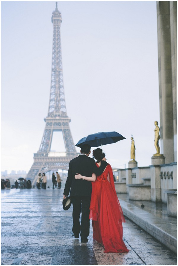 couple in rain eiffel tower