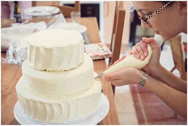 pipping wedding cake