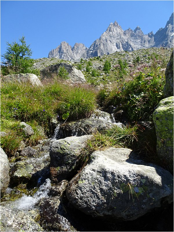 Small waterfall on the hike from Lac Bleu to Montenvers