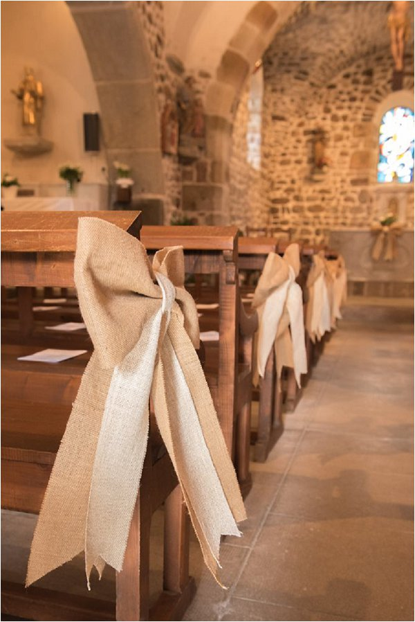 Neutral hessian bows for pew ends