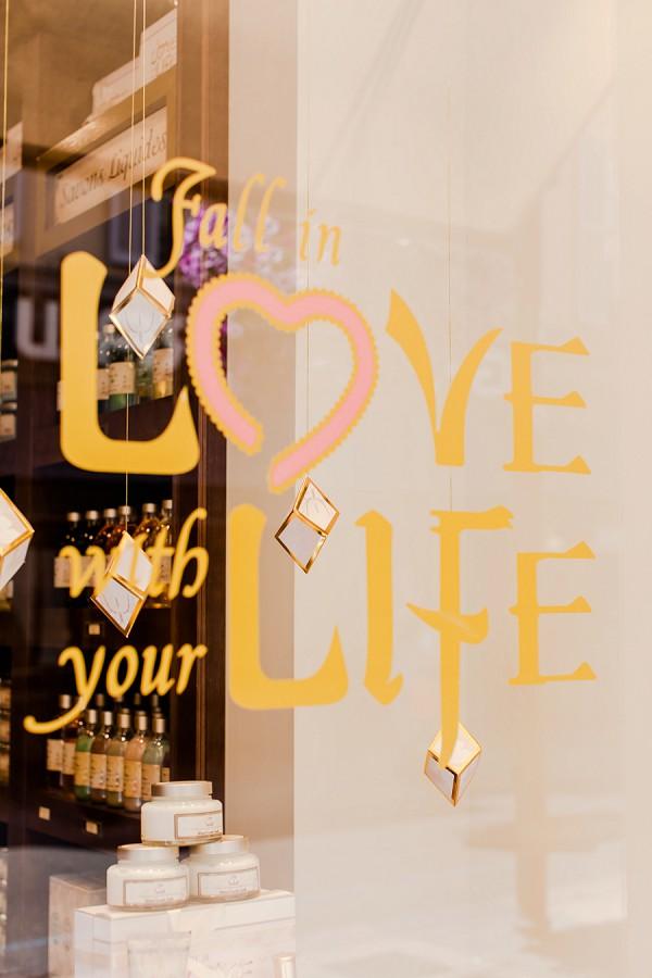 quote window display