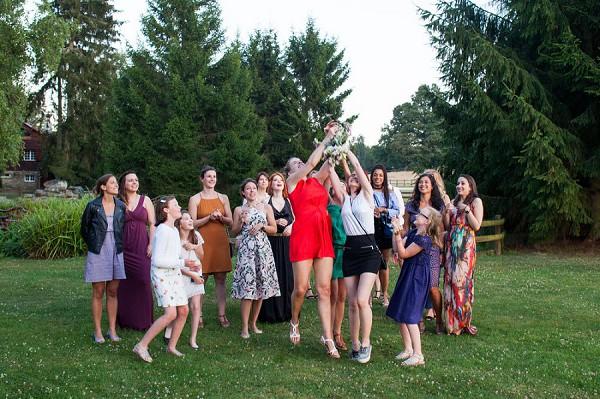 bouquet toss wedding day