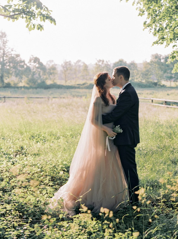 Couple kiss in the garden of Chateau de Courtomer