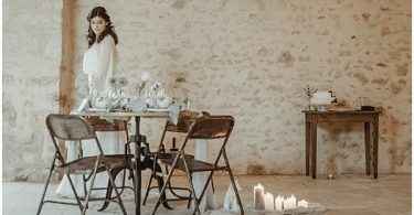 beatiful wedding table design and long white dress
