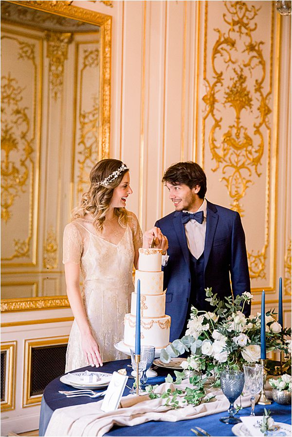 slicing the cake at Winter Wedding in Paris