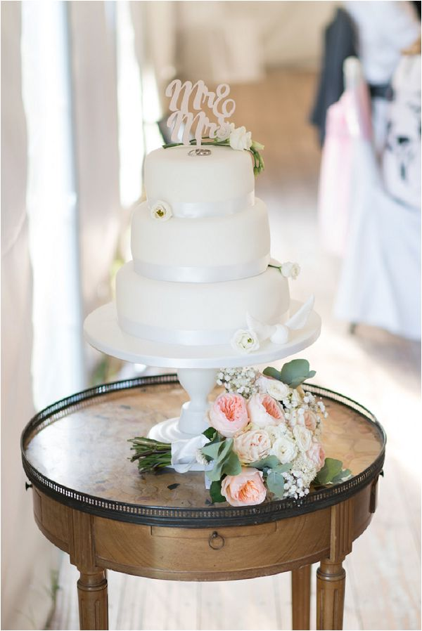 Classic white destination wedding cake by Noces du Monde