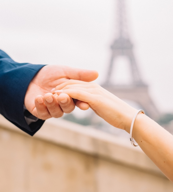 couples hands eiffel tower