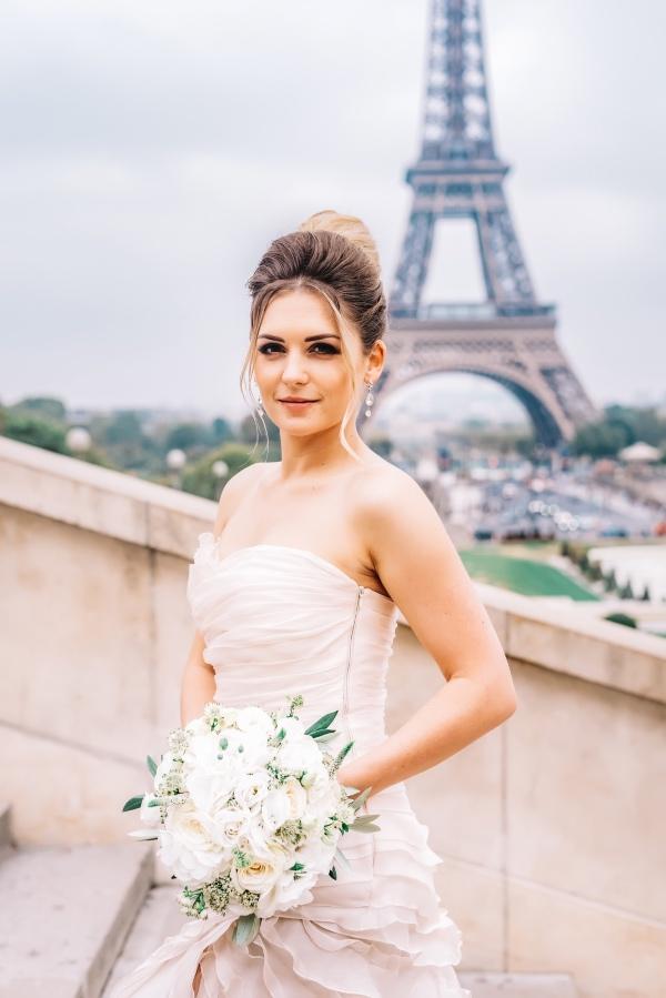 elegant bride and bouquet paris