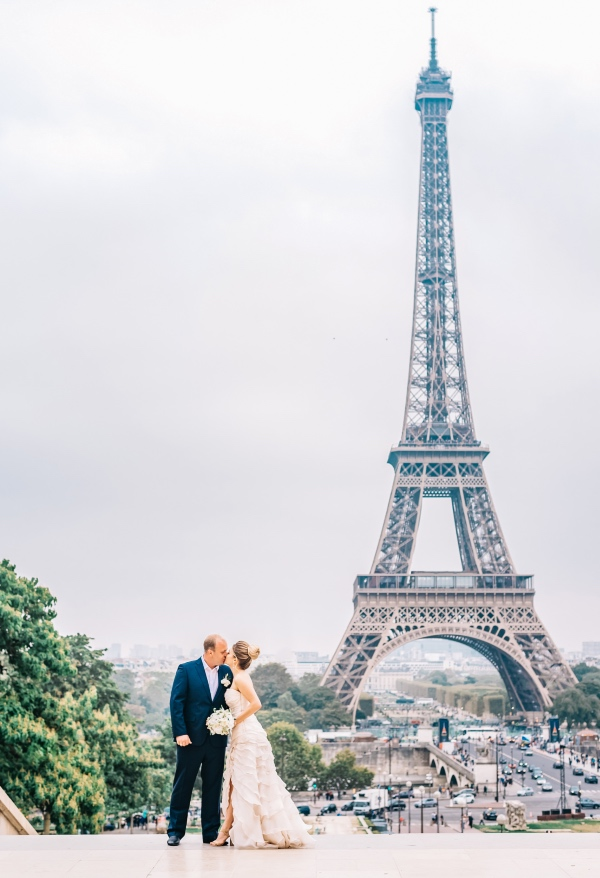 kiss in front of eiffel tower