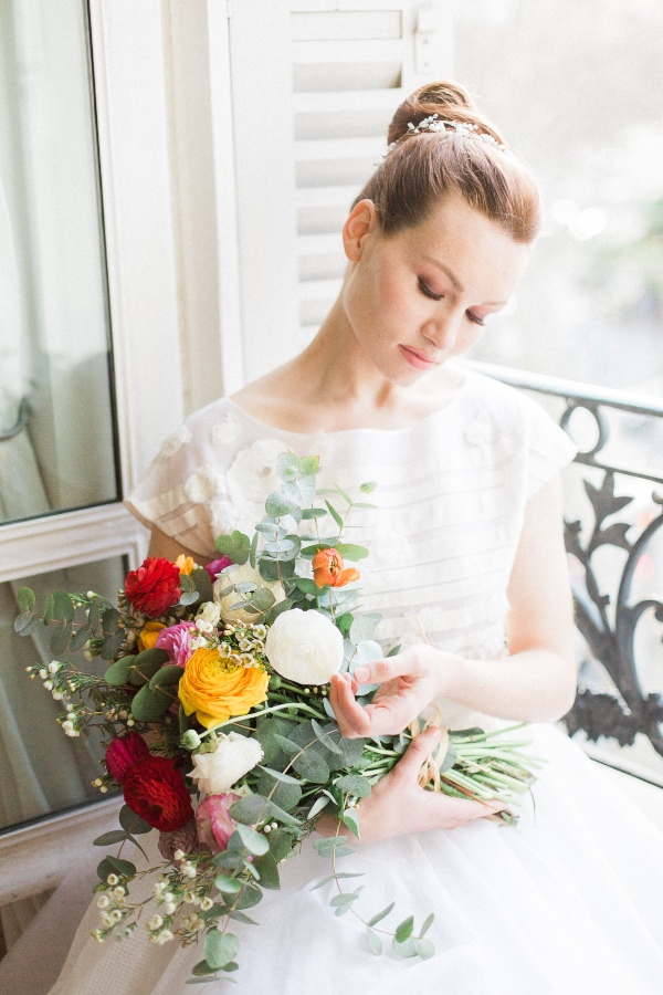 luxe bride with bright bouquet