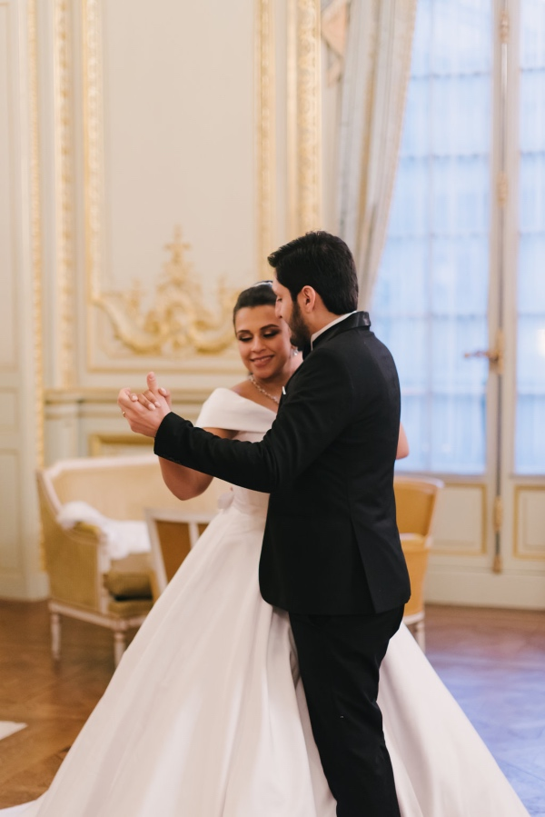 paris fairytale couple dancing