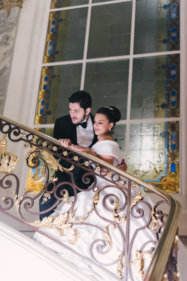wedding couple stairs shangri la paris