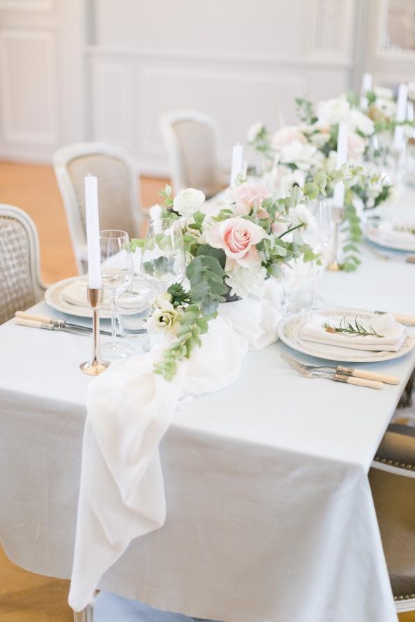 white table runner decor