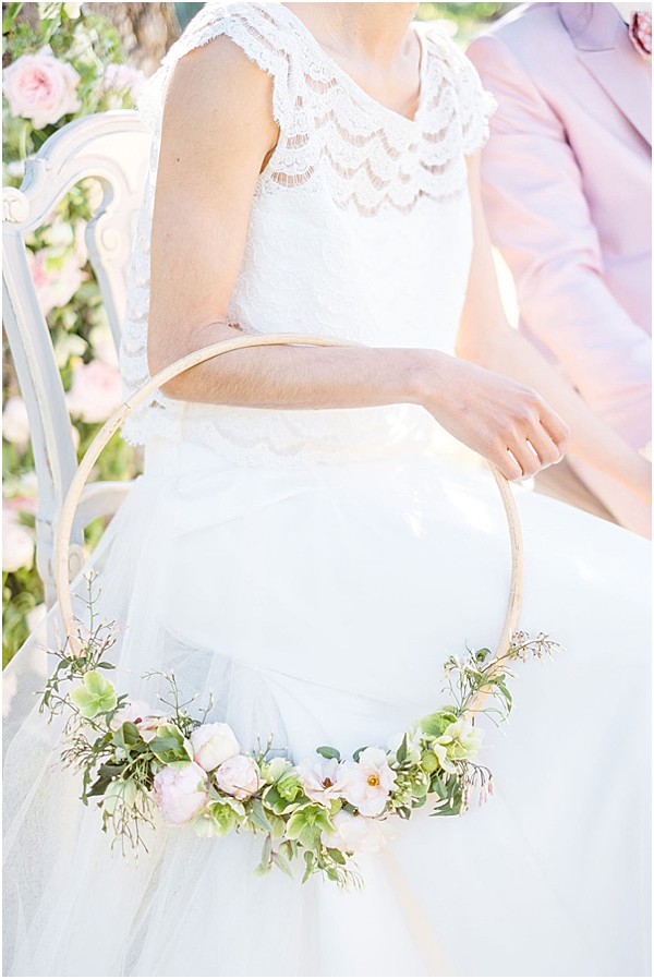The hoop bride bouquet is soft, elegant, romantic and convenient at the same time