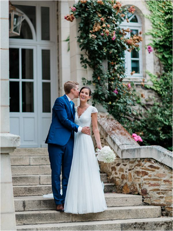 Rosa Clara lace wedding dress and bouquet * Image by Thomas Raboteur