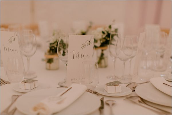 clean and crips wedding styling | Image by Mélanie Mélot