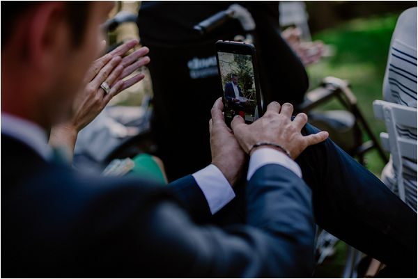 phones at weddings | Image by Mélanie Mélot