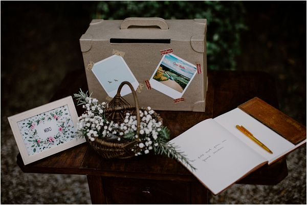 rustic wedding guest book | Image by Mélanie Mélot