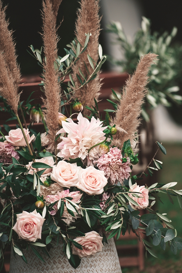 relaxed boho inspired wedding flowers