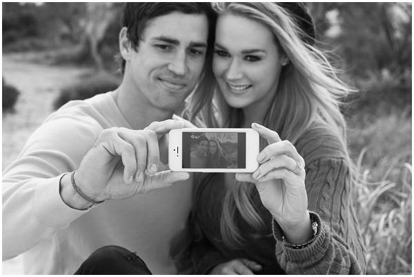 2 Elian Concept Wedding France Newly Engaged Selfie