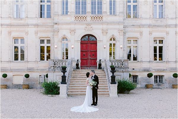 Kiss in fron of the chateau