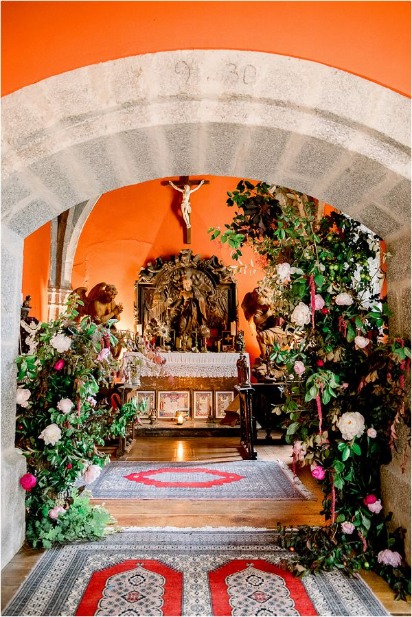 large wedding floral arch Image by Daria Lorman Photography