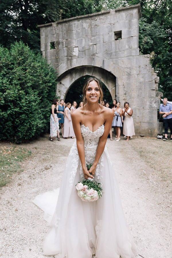 bride throwing bouquet outside chartreuse de pomier