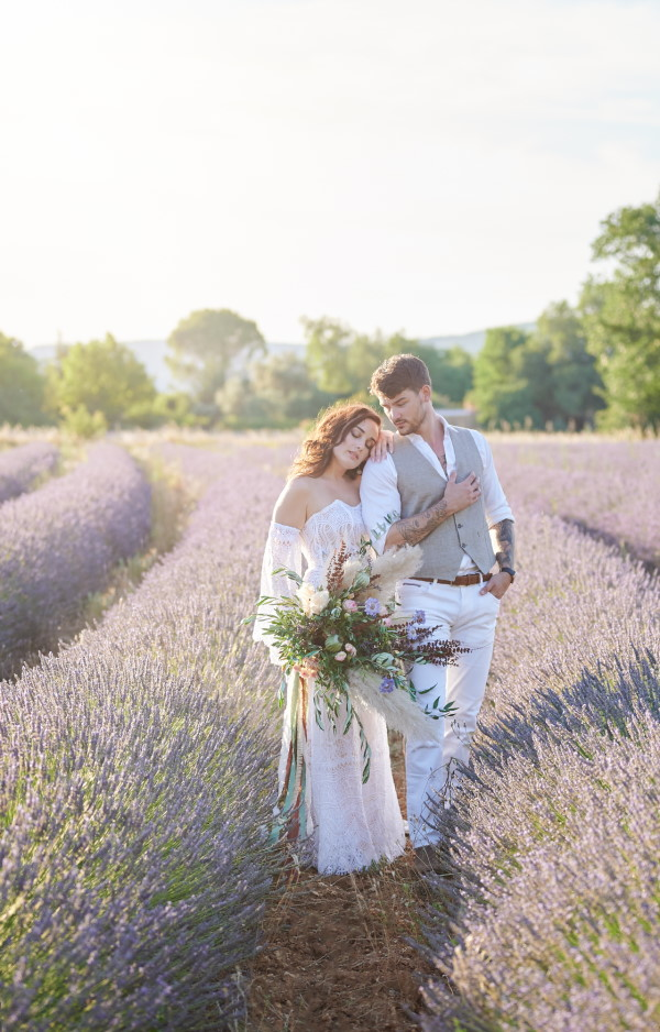 Bride and groom in the lavender meadows of Domaine de Bres