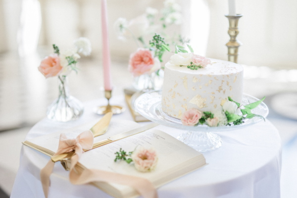 White one tier wedding cake with pastel real flower decorations