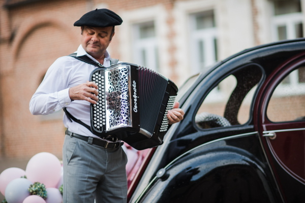 french accordion player in black beret